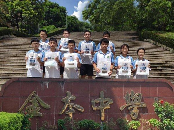 向金本小学和金本中学的学生及教职工捐赠新冠病毒防疫包