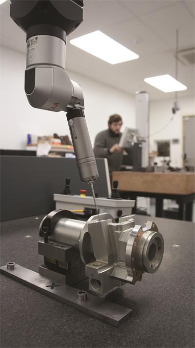 Arundel机床的新款Zeiss三坐标测量仪CMM,它使用绞接式测头架和VAST XXT传感器来收集去驱动模块所需壳体尺寸信息。这项技术对工厂敏感工作所需的扫描程序而言至关重要
