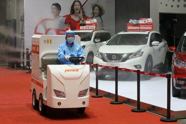 2020年6月19日,在山东烟台国际博览中心,工作人员驾驶杰瑞华创静电喷雾消毒车对车展现场进行消毒