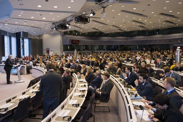 欧盟委员会副主席弗兰斯·蒂默曼斯(Frans Timmermans)在欧盟委员会与欧洲经济和社会委员会(EESC)于 2018 年 2 月 20 日举办的循环经济利益相关方会议上发表演讲© European Union
