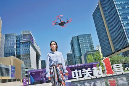 人工智能亮相京交会:意念自拍无人机等高科技产品云集