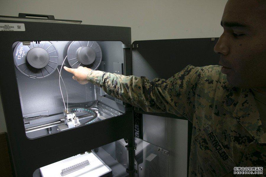 昆西·雷诺兹(Quincy Reynolds)与Metal X 3D打印机在日本冲绳的金斯营地