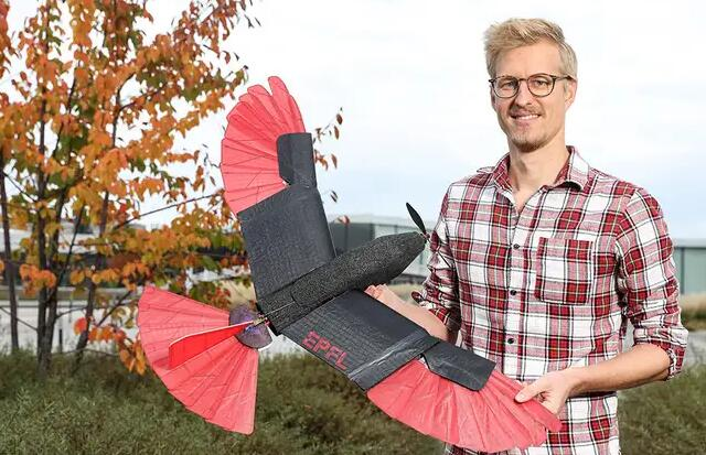 以鹰为灵感的带翅膀的无人机 适合长距离飞行