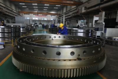 瓦轴集团出产超大吨位履带吊用便携拆装式回转支承轴承